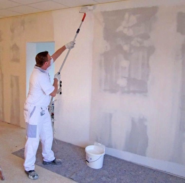 перед оклейкой обоев надо стены грунтовать