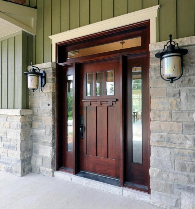 Как выбрать уличную деревянную дверь для загородного дома