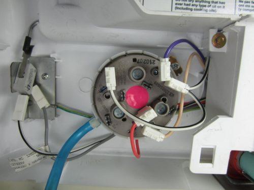 стиральная машина сливает и набирает воду, но не стирает